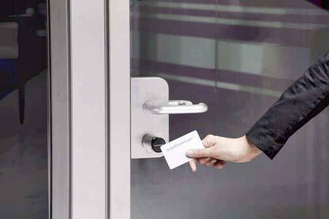 Şirketlerdeki Geçiş Kontrol Sistemleri Akıllı Kilit Çözümleriyle Dijitalleşiyor