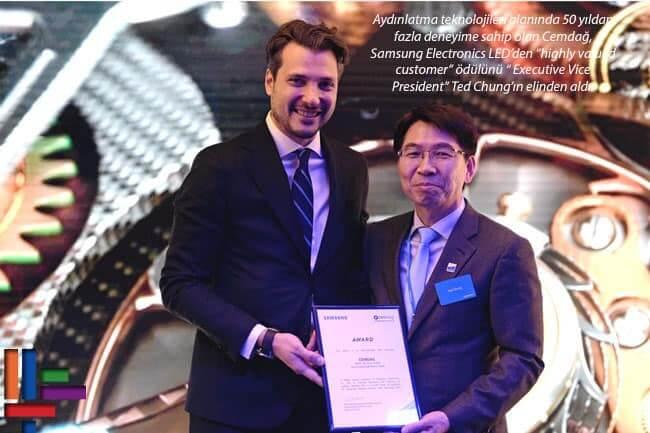 """Cemdağ Aydınlatma Teknolojiler'ine Dünya Devi Samsung Electronics LED'den özel ödül. Aydınlatma teknolojileri alanında 50 yıldan fazla deneyime sahip olan Cemdağ, Samsung Electronics LED'den """"highly valued customer"""" ödülünü """" Executive Vice President"""" Ted Chung'ın elinden aldı."""