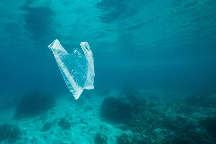 plastiklerin-denizlere-verdigi-zararlar